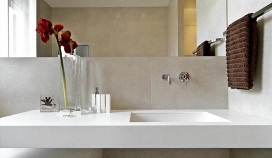 Cómo agregar un baño en un espacio 'imposible'