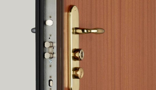 Conoces las diferencias entre una puerta estándar y una puerta blindada