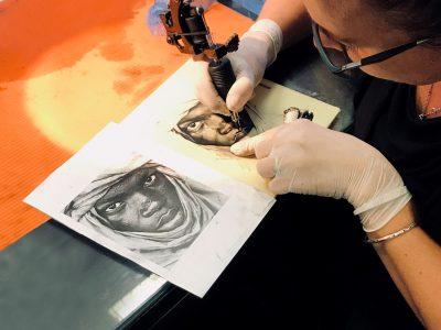 Formarse como tatuador en EOMTP, una profesión de futuro