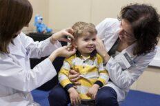 Los audífonos y la logopedia precoces facilitan el desarrollo del lenguaje a un nño con pérdida auditiva