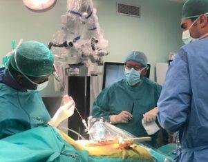 El robot que elimina los riesgos en la cirugía de columna vertebral